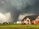 Tornado niszczy stodołę